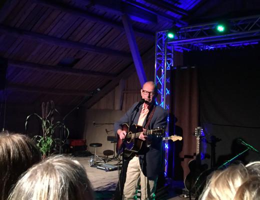 Mann med gitar singer. Foto.