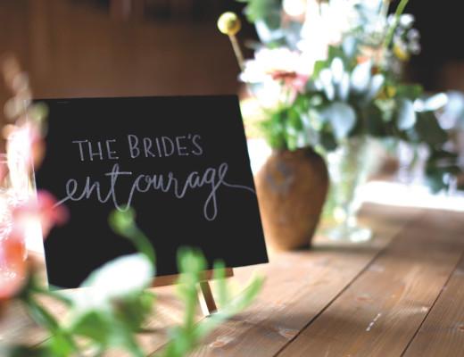 Nærbilde av liten tavle på bordet. Foto.