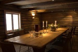 Bord med dekorasjon. Foto.