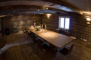 Stort bord med dekorasjon. Foto.